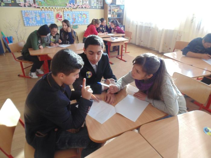 Elevi-colaborand-grupuri