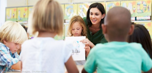 female-teacher-talking-to-a-group-of-elementary-students-770x370