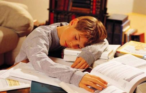 familly-child-sleeping-at-desk-600